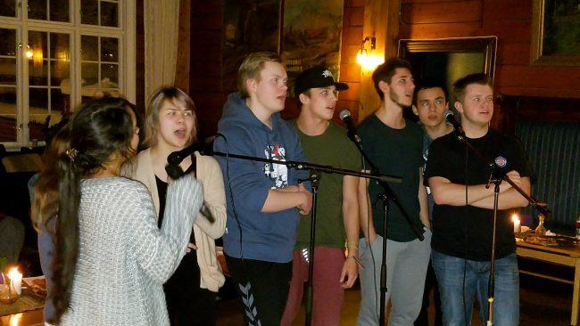 Alle er ivrige i karaoke synging.