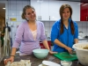 Madeleine og Jacquelyn lager vårroller